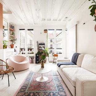 パリの中くらいのエクレクティックスタイルのおしゃれなファミリールーム (ライブラリー、白い壁、コンクリートの床、標準型暖炉、漆喰の暖炉まわり、テレビなし、グレーの床) の写真