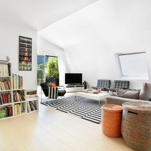 Idées déco pour une salle de séjour avec une bibliothèque ou un coin lecture contemporaine de taille moyenne et ouverte avec un mur blanc, un sol en bois clair, un téléviseur indépendant et aucune cheminée.