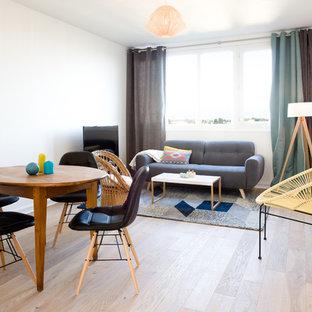 Idée de décoration pour une salle de séjour nordique ouverte et de taille moyenne avec un mur blanc, un sol en bois clair, aucune cheminée, un téléviseur indépendant et un sol marron.