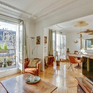 Idée de décoration pour une salle de séjour tradition ouverte avec un mur blanc, un sol en bois brun, un téléviseur indépendant, un sol marron et une cheminée standard.