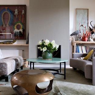 Cette image montre une salle de séjour bohème de taille moyenne et ouverte avec un mur blanc, un sol en bois brun et aucun téléviseur.
