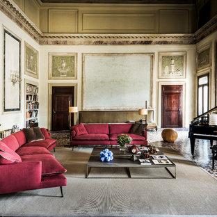 Inspiration pour une grande salle de séjour traditionnelle fermée avec une salle de musique, un mur beige et aucun téléviseur.