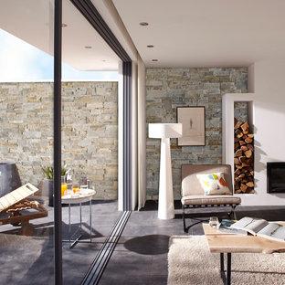 Cette photo montre une salle de séjour avec une bibliothèque ou un coin lecture tendance de taille moyenne et ouverte avec un mur beige, aucun téléviseur, un sol en carrelage de céramique et une cheminée standard.