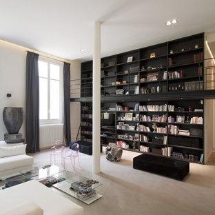 Aménagement d'une grande salle de séjour avec une bibliothèque ou un coin lecture industrielle ouverte avec un mur blanc, moquette, aucune cheminée et aucun téléviseur.