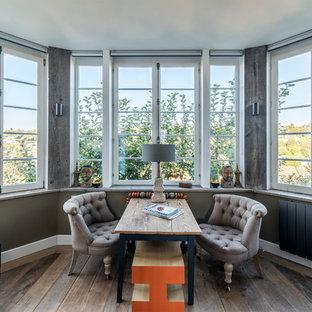 Cette image montre une salle de séjour traditionnelle de taille moyenne et ouverte avec un mur marron et un sol en bois brun.