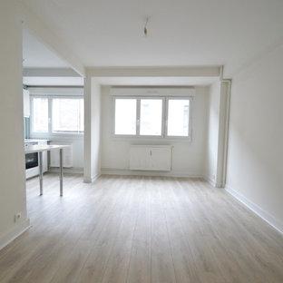 Imagen de sala de estar con barra de bar abierta, moderna, pequeña, sin chimenea, con paredes verdes y suelo de contrachapado