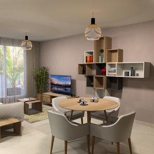Immagine di un soggiorno minimalista di medie dimensioni e aperto con libreria, pareti rosa, pavimento con piastrelle in ceramica, nessun camino, TV autoportante e pavimento beige