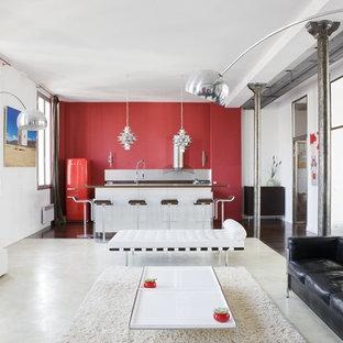 Idée de décoration pour une salle de séjour urbaine de taille moyenne et ouverte avec un sol en bois foncé et un mur rouge.