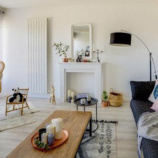 Aménagement d'une salle de séjour scandinave de taille moyenne et ouverte avec un mur blanc, sol en stratifié, un manteau de cheminée en bois, un téléviseur indépendant, un sol gris et une cheminée standard.
