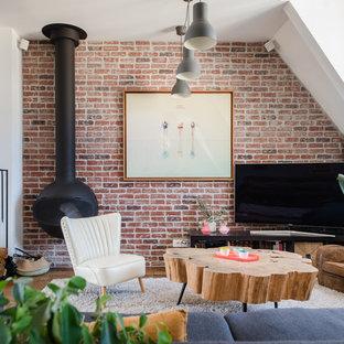 Réalisation d'une salle de séjour design avec un mur blanc, un sol en bois foncé, cheminée suspendue et un manteau de cheminée en métal.