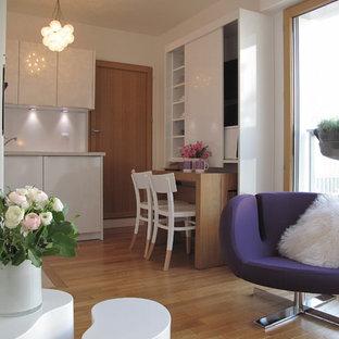 Idée de décoration pour une petit salle de séjour design ouverte avec un mur blanc, un sol en bois brun, aucune cheminée et aucun téléviseur.