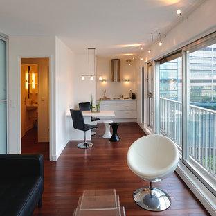 Idées déco pour une salle de séjour contemporaine de taille moyenne et ouverte avec un mur blanc, un sol en bois foncé et aucun téléviseur.