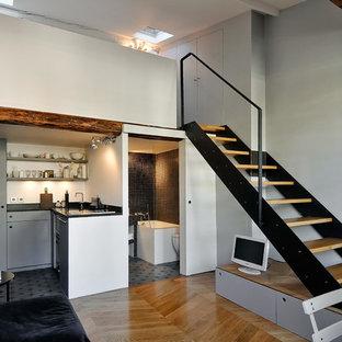 Aménagement d'une salle de séjour contemporaine de taille moyenne et ouverte avec un mur gris, un sol en bois brun et aucun téléviseur.