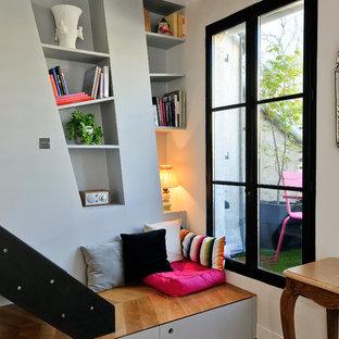 Réalisation d'une salle de séjour design de taille moyenne et ouverte avec un sol en bois brun, aucun téléviseur et un mur multicolore.