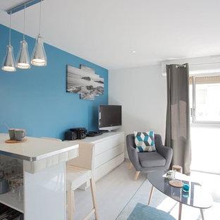 Ispirazione per un piccolo soggiorno contemporaneo aperto con pareti blu, pavimento in linoleum, nessun camino e TV autoportante