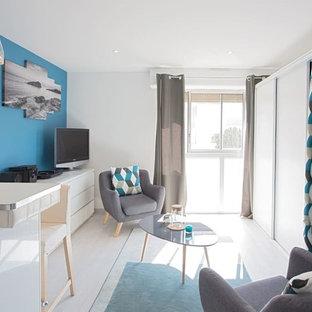 Idee per un piccolo soggiorno minimal aperto con pareti blu, pavimento in linoleum, nessun camino e TV autoportante