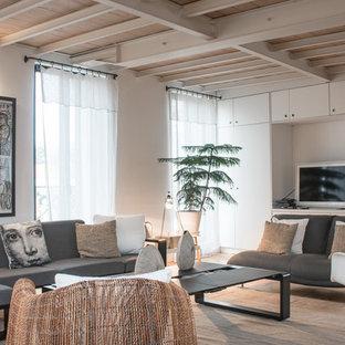 Idées déco pour une grande salle de séjour contemporaine fermée avec un mur blanc, un sol en bois clair, aucune cheminée et un téléviseur indépendant.