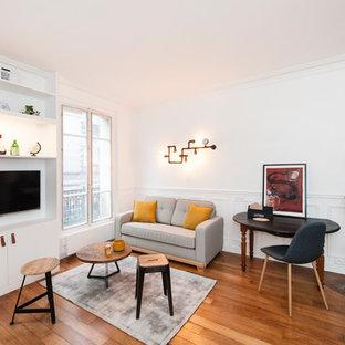 Cette image montre une salle de séjour design de taille moyenne et ouverte avec un mur blanc, un sol en bois brun, une cheminée d'angle et un téléviseur encastré.