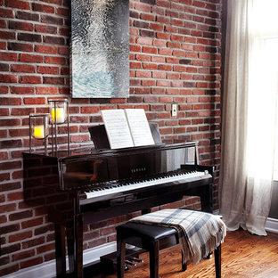 Ejemplo de sala de estar con rincón musical abierta, clásica renovada, pequeña, con paredes rojas y suelo de madera en tonos medios