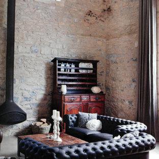 Réalisation d'une salle de séjour design de taille moyenne et ouverte avec un mur beige et béton au sol.