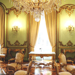 Réalisation d'une salle de séjour tradition de taille moyenne et ouverte avec un mur vert, un sol en bois brun, aucune cheminée et aucun téléviseur.