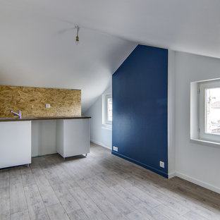 Immagine di un piccolo soggiorno tradizionale aperto con pareti blu, pavimento in linoleum e pavimento marrone
