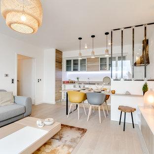 Ispirazione per un soggiorno nordico di medie dimensioni e aperto con pareti bianche, parquet chiaro, camino sospeso, cornice del camino in metallo e TV autoportante
