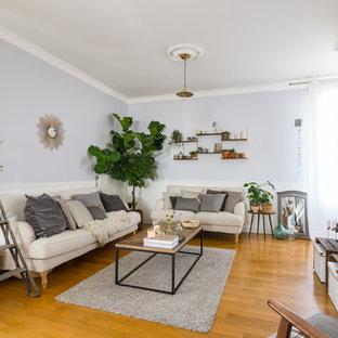 Cette photo montre une grande salle de séjour scandinave avec un sol en bois brun, aucune cheminée, un téléviseur indépendant et un mur violet.