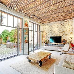 Idées déco pour une grande salle de séjour méditerranéenne ouverte avec un sol en bois clair, un mur beige, un téléviseur indépendant et un sol beige.