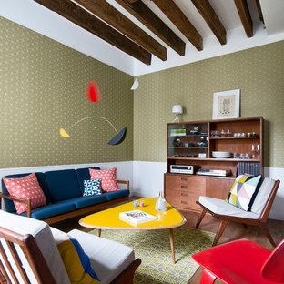 Cette photo montre une grand salle de séjour rétro avec un sol en bois brun, aucune cheminée, aucun téléviseur et un mur multicolore.