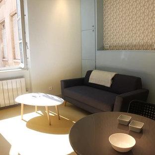 Diseño de sala de estar abierta, actual, pequeña, con suelo amarillo, paredes beige y suelo de linóleo
