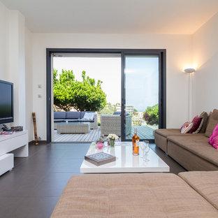 Inspiration pour une salle de séjour design de taille moyenne et ouverte avec un mur blanc, un sol en carrelage de céramique et un téléviseur fixé au mur.