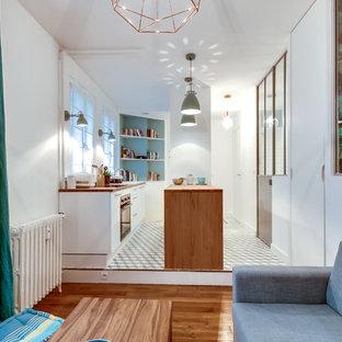 Modelo de sala de estar abierta, escandinava, pequeña, sin chimenea, con paredes verdes y suelo de baldosas de cerámica