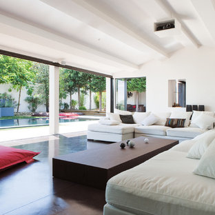 Aménagement d'une très grande salle de séjour contemporaine ouverte avec un mur blanc, aucune cheminée et aucun téléviseur.