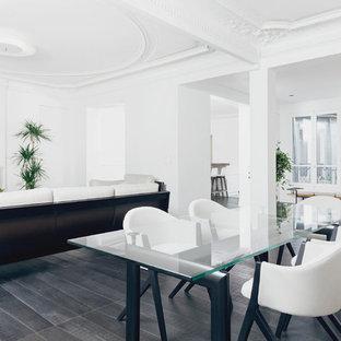 Réalisation d'une salle de séjour design de taille moyenne et ouverte avec un mur blanc, un sol en bois peint, une cheminée standard et un manteau de cheminée en plâtre.