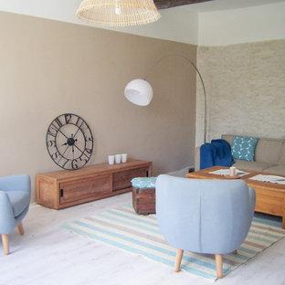 Ejemplo de sala de estar abierta, campestre, grande, sin chimenea, con paredes beige y suelo de contrachapado