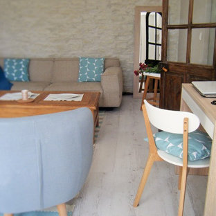 Ejemplo de sala de estar abierta, de estilo de casa de campo, grande, sin chimenea, con paredes beige y suelo de contrachapado