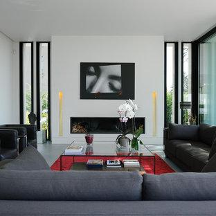 Idées déco pour une grand salle de séjour contemporaine ouverte avec un mur blanc, béton au sol et une cheminée ribbon.