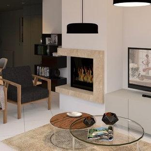 ナントの中サイズのコンテンポラリースタイルのおしゃれなファミリールーム (白い壁、セラミックタイルの床、コーナー設置型暖炉、石材の暖炉まわり、据え置き型テレビ、白い床) の写真