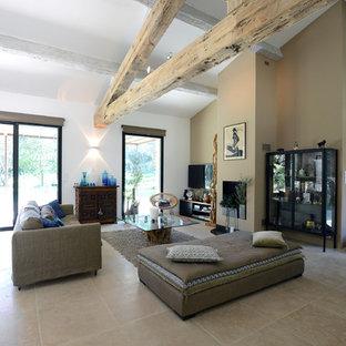Aménagement d'une salle de séjour éclectique de taille moyenne et ouverte avec un mur beige, un sol en carrelage de céramique et un téléviseur fixé au mur.