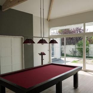 Foto di una grande palestra multiuso minimalista con pareti verdi, parquet chiaro e pavimento beige