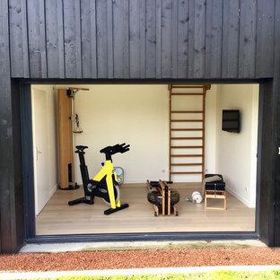 Multifunktionaler, Kleiner Skandinavischer Fitnessraum mit weißer Wandfarbe, Laminat und beigem Boden in Bordeaux