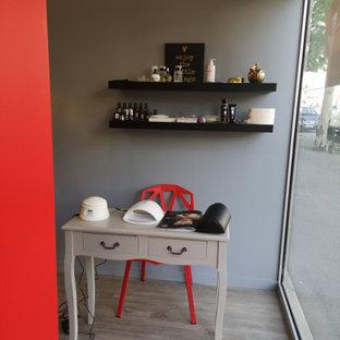 Idee per una palestra in casa minimalista con pareti grigie, parquet chiaro e pavimento beige