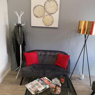 Esempio di una palestra in casa minimalista con pareti rosse, parquet chiaro e pavimento beige
