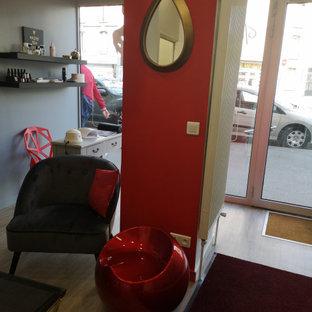 Idee per una palestra in casa moderna con pareti rosse, parquet chiaro e pavimento beige