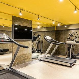 Foto di una grande sala pesi contemporanea con pareti multicolore e pavimento in linoleum