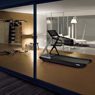 トゥールーズの広いおしゃれな多目的ジム (ベージュの壁、セラミックタイルの床、茶色い床) の写真
