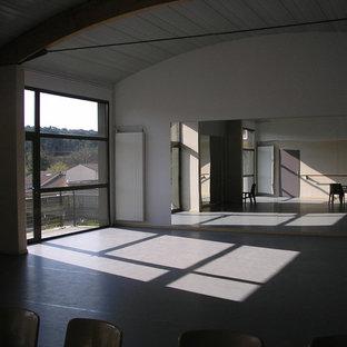 Geräumiger Moderner Fitnessraum mit weißer Wandfarbe, Linoleum und grauem Boden in Montpellier