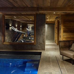 Foto di una sala pesi stile rurale di medie dimensioni con pareti grigie e pavimento con piastrelle in ceramica
