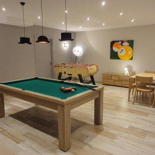 Multifunktionaler, Großer Moderner Fitnessraum mit grauer Wandfarbe, Keramikboden und buntem Boden in Nizza